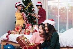 Groupe d'amis célébrant montrant le boîte-cadeau Photos libres de droits