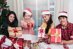 Groupe d'amis célébrant montrant le boîte-cadeau Photographie stock libre de droits