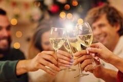 Groupe d'amis célébrant Noël à la maison Images libres de droits