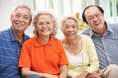Groupe d'amis chinois aînés détendant à la maison Images libres de droits