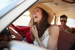 Groupe d'amis détendant dans la voiture pendant le voyage par la route Photographie stock