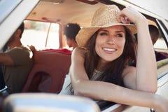 Groupe d'amis détendant dans la voiture pendant le voyage par la route Photo stock
