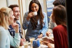 Groupe d'amis détendant dans le ½ de ¿ de Cafï ensemble Images libres de droits