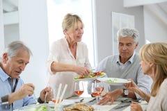 Groupe d'amis dînant Photos libres de droits