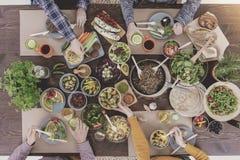 Groupe d'amis dînant Photographie stock libre de droits