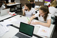 Groupe d'amis d'école apprenant la connaissance de salle de classe Image libre de droits