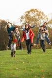 Groupe d'amis d'adolescent ayant la conduite de ferroutage Photos libres de droits