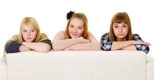 Groupe d'amis d'adolescent sur le divan Photos libres de droits