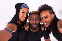 Groupe d'amis d'Afro-américain prenant un isola de portrait de selfie Images stock