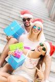Groupe d'amis dans des chapeaux de Santa avec des présents Images libres de droits