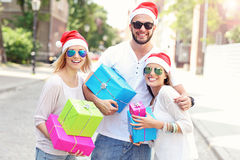 Groupe d'amis dans des chapeaux de Santa avec des présents Image stock