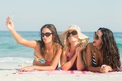 groupe d'amis dans des maillots de bain prenant un selfie Photographie stock