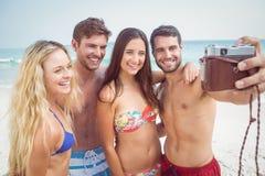 groupe d'amis dans des maillots de bain prenant un selfie Photo libre de droits