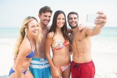groupe d'amis dans des maillots de bain prenant un selfie Photo stock
