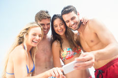 groupe d'amis dans des maillots de bain prenant un selfie Photographie stock libre de droits