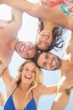 groupe d'amis dans des maillots de bain prenant un selfie Image libre de droits