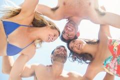 groupe d'amis dans des maillots de bain prenant un selfie Image stock