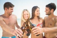 groupe d'amis dans des maillots de bain prenant un selfie Images libres de droits