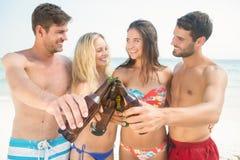 groupe d'amis dans des maillots de bain prenant un selfie Photos stock