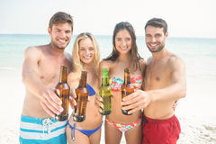 groupe d'amis dans des maillots de bain prenant un selfie Images stock