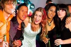 Groupe d'amis dans la boîte de nuit Photo libre de droits