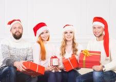 Groupe d'amis dans la célébration de chapeaux de Noël Photo stock