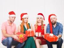 Groupe d'amis dans la célébration de chapeaux de Noël Photos stock