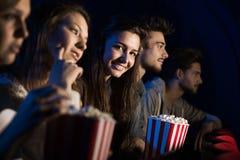 Groupe d'amis dans la salle de cinéma Image libre de droits