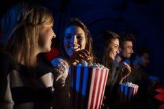 Groupe d'amis dans la salle de cinéma Photographie stock libre de droits