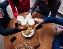 Groupe d'amis dans la taverne Image stock