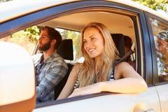 Groupe d'amis dans la voiture sur le voyage par la route ensemble Image libre de droits