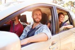 Groupe d'amis dans la voiture sur le voyage par la route ensemble Photo libre de droits