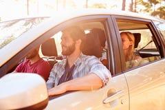 Groupe d'amis dans la voiture sur le voyage par la route ensemble Image stock