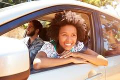 Groupe d'amis dans la voiture sur le voyage par la route ensemble Images libres de droits