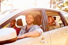 Groupe d'amis dans la voiture sur le voyage par la route ensemble Photos libres de droits