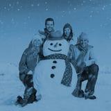 Groupe d'amis dans le concept gai de sourire de neige Images libres de droits