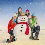 Groupe d'amis dans le concept gai de sourire de neige Image stock