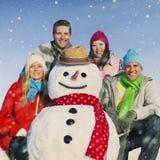 Groupe d'amis dans le concept gai de sourire de neige Photos libres de droits