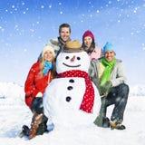 Groupe d'amis dans le concept gai de sourire de neige Images stock