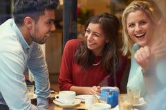 Groupe d'amis dans le ½ de ¿ de Cafï détendant ensemble Photographie stock libre de droits