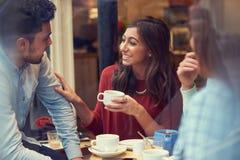 Groupe d'amis dans le ½ de ¿ de Cafï détendant ensemble Image stock