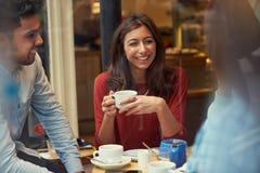 Groupe d'amis dans le ½ de ¿ de Cafï détendant ensemble Images stock