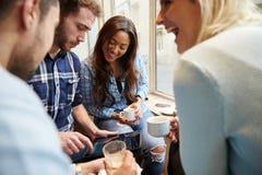 Groupe d'amis dans le ½ de ¿ de Cafï utilisant la Tablette de Digital Photos libres de droits
