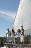 Groupe d'amis dans le voilier Photographie stock libre de droits