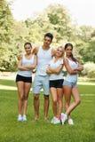 Groupe d'amis dans les vêtements de sport au parc Photographie stock