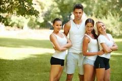 Groupe d'amis dans les vêtements de sport au parc Photographie stock libre de droits