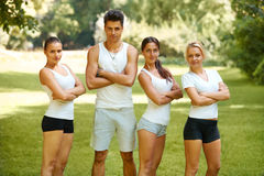 Groupe d'amis dans les vêtements de sport au parc Photos stock