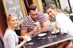 Groupe d'amis dans un café Photos stock