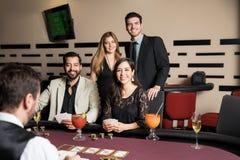 Groupe d'amis dans un casino Photographie stock