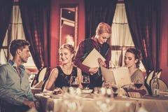 Groupe d'amis dans un restaurant de luxe Photo stock